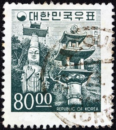 sello: SOUTH KOREA - CIRCA 1966: A stamp printed in South Korea shows Unjinmiruk Buddha statue, Kwanchok Temple, circa 1966.