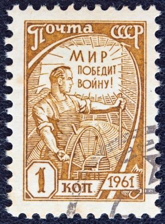"""definitive: URSS - CIRCA 1961: Un sello impreso en la URSS de la """"d�cima definitiva"""" cuesti�n presenta a un conductor de la cosechadora, alrededor del a�o 1961."""