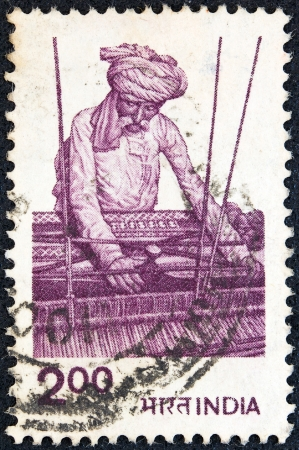 stempeln: INDIA - CIRCA 1979: A stamp printed in India shows a worker weaving, circa 1979.