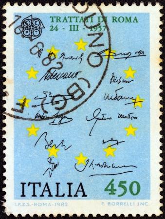 """verdrag: ITALIË - CIRCA 1982: Een stempel gedrukt in Italië van de """"Europa"""" kwestie toont Verdrag van Rome (Verdrag tot oprichting van de Europese Economische Gemeenschap) handtekeningen, circa 1982. Redactioneel"""