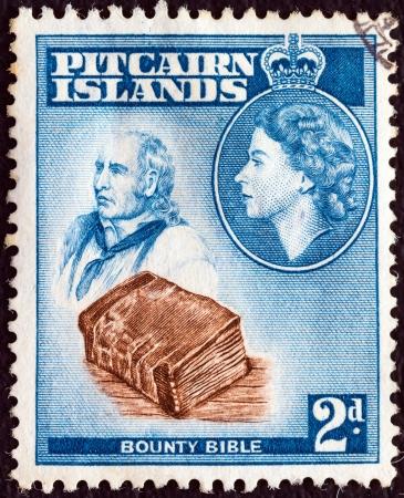 bounty: Islas Pitcairn - CIRCA 1957: Un sello impreso en Pitcairn Islands muestra a John Adams, Bounty Biblia y la Reina Elizabeth II, alrededor del a�o 1957. Editorial