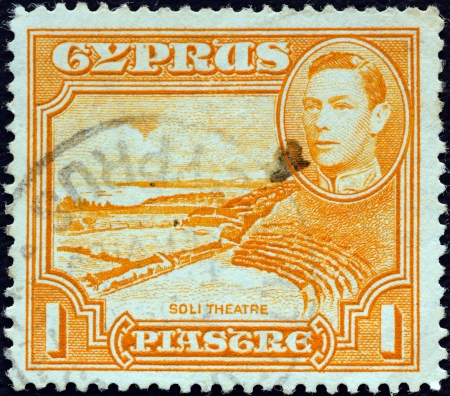 kypros: CYPRUS - CIRCA 1938: A stamp printed in Cyprus shows Roman theatre, Soli and King George VI, circa 1938.