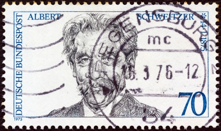 stempeln: GERMANY - CIRCA 1975: A stamp printed in Germany from the Birth Centenaries issue shows medical missionary Albert Schweitzer, circa 1975.  Editorial