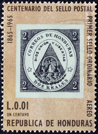 stempeln: HONDURAS - CIRCA 1965: A stamp printed in Honduras from the Centenary of the first Honduran postage stamp issue shows a stamp of 1865, circa 1965.  Editorial