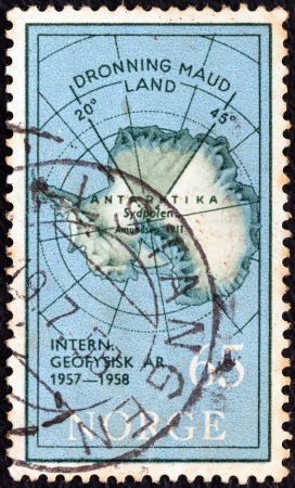 stempeln: NORWAY - CIRCA 1957: A stamp printed in Norway issued for the International Geophysical Year shows Map of Antarctica and Queen Maud Land, circa 1957.  Editorial