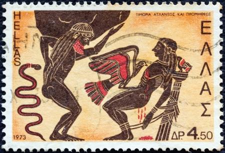 """GRECIA - CIRCA 1973: Un sello impreso en Grecia desde la """"Mitología griega (2 ª serie)"""" muestra problema Atlas y Prometeo castigado por Zeus (kalyx cráter), alrededor del año 1973."""