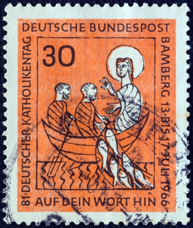 stempeln: GERMANY - CIRCA 1966: A stamp printed in Germany from the Catholics Day issue shows Christ and fishermen (Miracle of the fishes), circa 1966.  Editorial