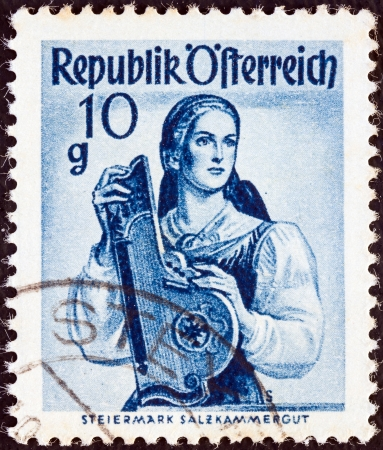 stempeln: AUSTRIA - CIRCA 1948: A stamp printed in Austria from the Provincial Costumes issue shows a woman from Steiermark Salzkammergut, circa 1948.