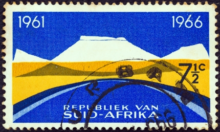 suid: SOUTH AFRICA - CIRCA 1965: A stamp printed in South Africa from the 5th anniversary of the Republic. Bilingual pairs issue shows Mountain landscape, circa 1965.
