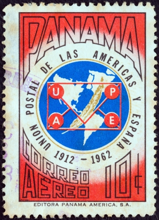 postes: PANAMA - CIRCA 1962: A stamp printed in Panama issued for the 50th anniversary of the founding of the Postal Union of the Americas and Spain, UPAE, shows map of America and Spain, circa 1962.