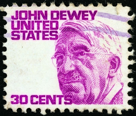 stempeln: USA - CIRCA 1965: A stamp printed in USA from the Prominent Americans (1st series) issue shows philosopher John Dewey, circa 1965.  Editorial