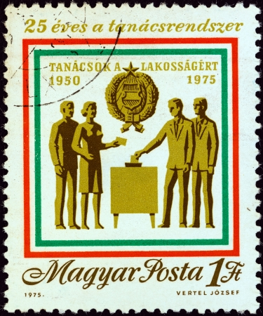 estampilla: HUNGARY - CIRCA 1975: A stamp printed in Hungary from the 25th anniversary of Hungarian council system issue shows voters participating in council election, circa 1975.