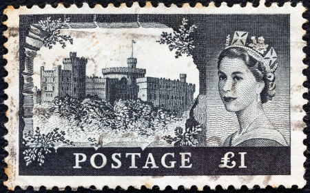 UNITED KINGDOM - CIRCA 1955: A stamp printed in United Kingdom from the Castles issue shows Windsor castle and queen Elizabeth II, circa 1955.