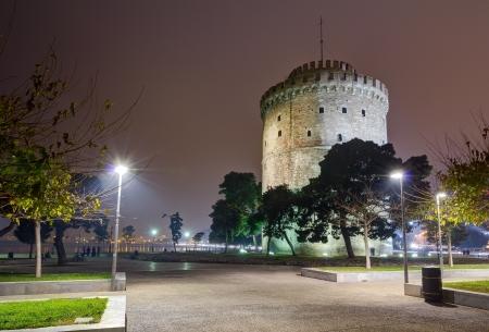 夜、テッサロニキ、ギリシャ ホワイト タワー
