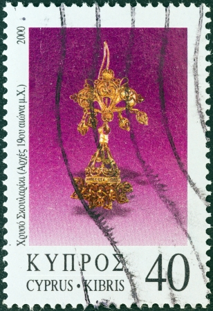 kypros: CYPRUS - CIRCA 2000: A stamp printed in Cyprus from the Jewellery issue shows a golden earring (early 19th century A.D.), circa 2000.