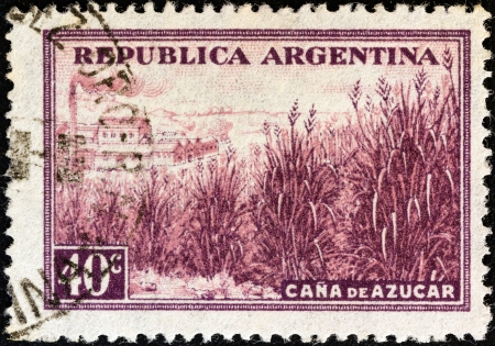 postes: ARGENTINA - CIRCA 1936: A stamp printed in Argentina from the Production and Industry issue shows sugar cane and factory, circa 1936.