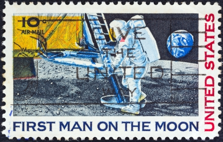 estampilla: USA - CIRCA 1969: A stamp printed in USA from the 1st Man on the Moon issue shows Neil Armstrong setting foot on Moon, circa 1969.  Editorial
