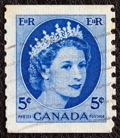 postes: CANADA - CIRCA 1954: A stamp printed in Canada shows a portrait of Queen Elizabeth II, circa 1954.