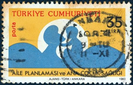 """planificacion familiar: TURKEY - CIRCA 1983: Un sello impreso en Turqu�a desde la """"planificaci�n de la familia y de la madre y del ni�o"""" cuesti�n muestra silueta madre e hijo, circa 1983."""