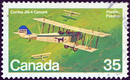 postes: CANADA - CIRCA 1980: A stamp printed in Canada from the Canadian Aircraft (2nd series) issue shows a Curtiss JN-4 Canuck biplane, circa 1980.  Editorial
