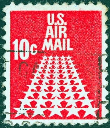 estampilla: USA - CIRCA 1968: A stamp printed in USA shows the Fifty Stars as a runway, circa 1968.