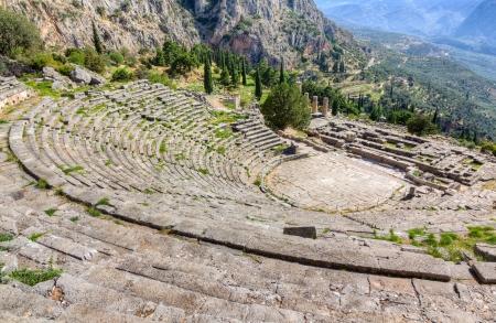 古代のデルファイ劇場やアポロ神殿、ギリシャのビュー 写真素材