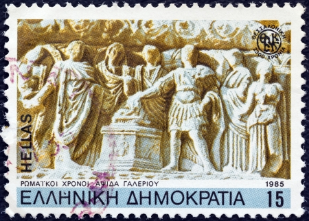 estampilla: GREECE - CIRCA 1985: A stamp printed in Greece from the 2300th anniversary of Thessaloniki city issue shows Roman period Galeriuss Arch (detail), circa 1985.  Editorial