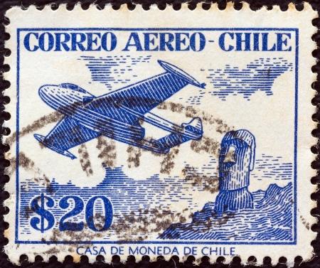estampilla: CHILE - CIRCA 1956: A stamp printed in Chile shows De Havilland Venom FB.4 and Easter Island monolith, circa 1956.