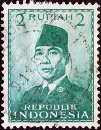 stempeln: INDONESIA - CIRCA 1951: A stamp printed in Indonesia shows President Sukarno, circa 1951.  Editorial