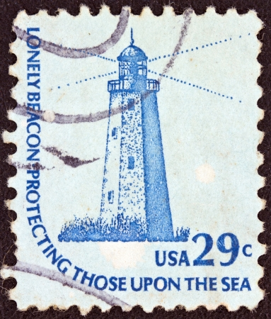 stempeln: USA - CIRCA 1975: A stamp printed in USA from the Americana issue shows the Sandy Hook (New Jersey) Lighthouse and the inscription Lonely Beacon Protecting Those Upon the Sea, circa 1975.