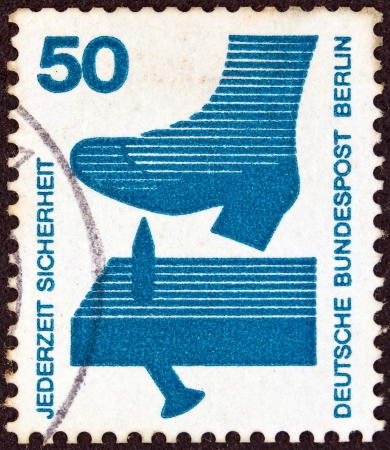 stempeln: GERMANY - CIRCA 1971: A stamp printed in Germany from the Accident Prevention issue shows a protruding nail in plank, circa 1971.