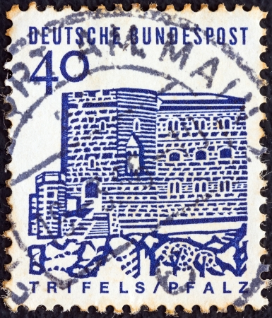 stempeln: GERMANY - CIRCA 1964: A stamp printed in Germany from the Twelve Centuries of German Architecture issue shows Trifels Castle (Palatinate), circa 1964.  Editorial