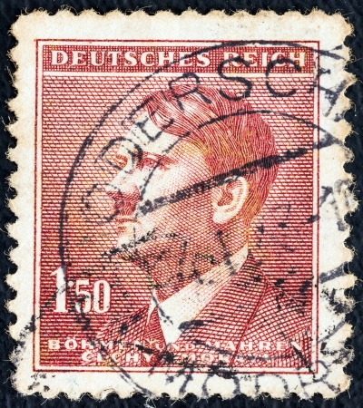 stempeln: GERMANY - CIRCA 1942: A stamp printed in Germany issued to be used to Bohemia & Moravia Czech state shows a portrait of Adolph Hitler (by H. Hoffman), circa 1942.  Editorial