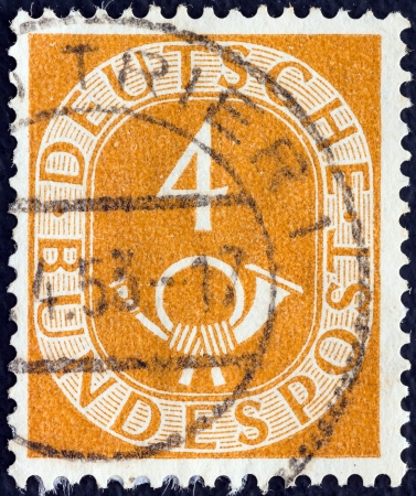 stempeln: GERMANY - CIRCA 1951: A stamp printed in Germany shows Numeral value and Posthorn, circa 1951.