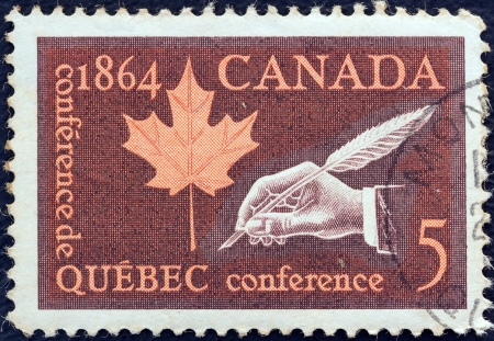 postes: CANADA - CIRCA 1964: A stamp printed in Canada issued for the Centenary of Quebec Conference shows Maple Leaf and Hand with Quill Pen, circa 1964.  Editorial