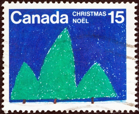 postes: CANADA - CIRCA 1975: A stamp printed in Canada from the Christmas issue shows Trees (R. Kowalski), circa 1975.  Editorial
