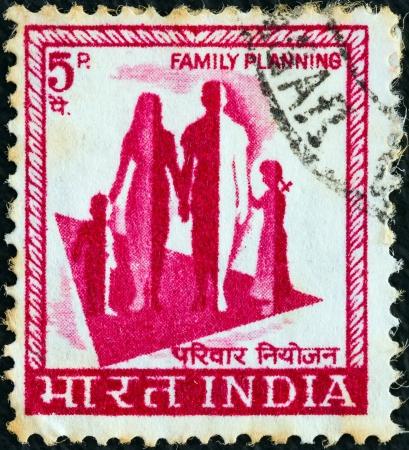 planificacion familiar: INDIA - CIRCA 1974: Un sello impreso en la India muestra la planificaci�n de la familia, alrededor de 1974.
