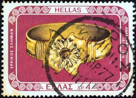 estampilla: GREECE - CIRCA 1976: A stamp printed in Greece from the 100 years from Mycenae excavations issue shows gold bracelet, circa 1976.  Editorial