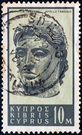 kypros: CYPRUS - CIRCA 1962: A stamp printed in Cyprus shows bronze head of god Apollo Tamasus, circa 1962.