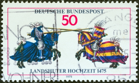 stempeln: GERMANY - CIRCA 1975: A stamp printed in Germany issued for the 500th anniversary of Landshut Wedding festival shows Jousting Contest, circa 1975.  Editorial