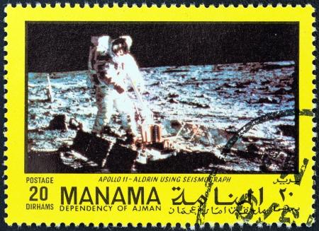 """sismogr�fo: DEPENDENCIA MANAMA - CIRCA 1970: Un sello impreso en los Emiratos ?rabes Unidos desde el tema """"La exploraci?n del espacio"""" muestra Aldrin y el sism?grafo, alrededor de 1970. Editorial"""