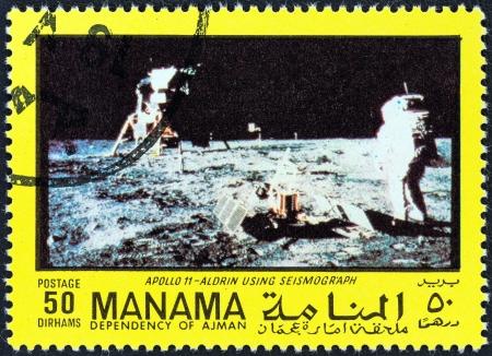"""sismogr�fo: DEPENDENCIA MANAMA - CIRCA 1970: Un sello impreso en los Emiratos �rabes Unidos desde el tema """"La exploraci�n del espacio"""" muestra Aldrin y el sism�grafo, alrededor de 1970."""