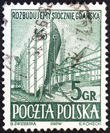 """construction navale: POLOGNE - CIRCA 1952: un timbre imprim� en Pologne � partir de la question �Gdansk Shipyards"""" montre la construction navale, vers 1952. Editeur"""