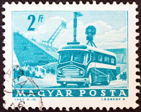 magyar: HUNGARY - CIRCA 1963: A stamp printed in Hungary from the Transport and Communications ; issue shows T.V. broadcast coach, circa 1963.