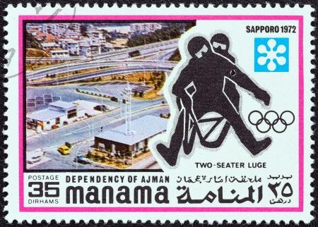 """luge: DIPENDENZA MANAMA - CIRCA 1971: Un timbro stampato negli Emirati Arabi Uniti dal """"1972 Giochi Olimpici Invernali - Sapporo, in Giappone"""" questione mostra slittino a due posti, circa 1971. Editoriali"""