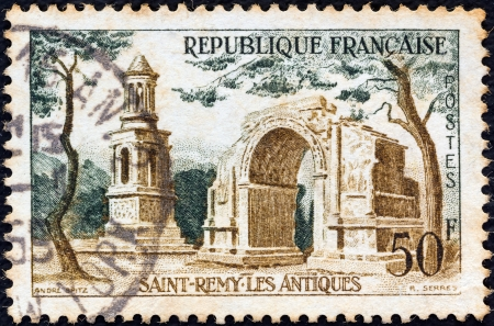 postes: FRANCE - CIRCA 1957: A stamp printed in France from the Tourist Publicity issue shows Les Antiques, Saint Remy, circa 1957. Editorial