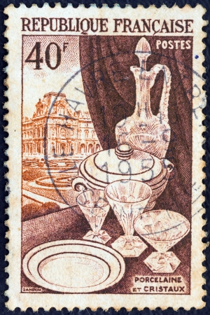 postes: FRANCE - CIRCA 1954: A stamp printed in France from the Production of luxury art crafts issue shows Porcelain and crystals, circa 1954.  Editorial