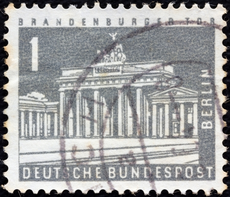 timbre: GERMANY - CIRCA 1956  A stamp printed in Germany shows Brandenburg Gate, Berlin, circa 1956   Editorial