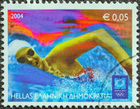piscina olimpica: GRECIA - CIRCA 2004 Un sello impreso en Grecia de los Juegos Olímpicos, la emisión de Atenas muestra a un nadador, alrededor del año 2004