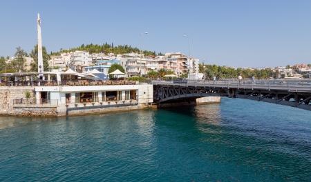 ユービア島、ギリシャの Khalkis の古い橋